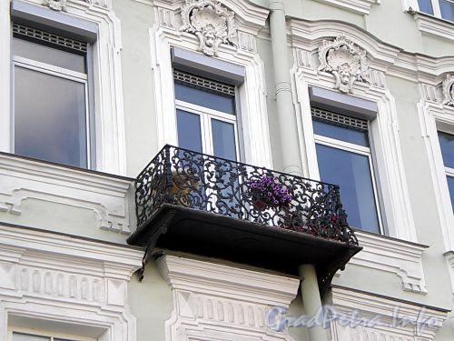 Наб. реки Фонтанки, д. 11. Бывший доходный дом. Решетка балкона. Фото август 2009 г.
