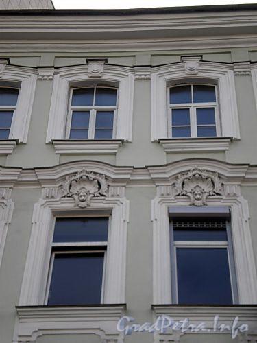 Наб. реки Фонтанки, д. 11. Бывший доходный дом. Фрагмент фасада здания. Фото август 2009 г.