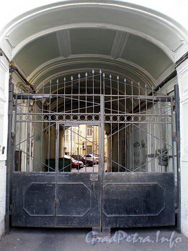 Наб. реки Фонтанки, д. 11. Бывший доходный дом. Решетка ворот. Фото август 2009 г.