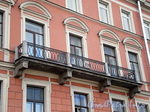Наб. реки Фонтанки, д. 17. Бывший доходный дом. Решетка балкона. Фото август 2009 г.