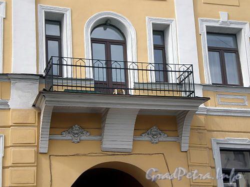 Наб. реки Фонтанки, д. 75. Бывший доходный дом. Балкон. Фото июль 2009 г.