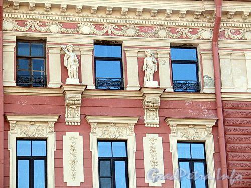 Наб. реки Мойки, д. 82. Доходный дом М. С. Воронина. Фрагмент фасада. Фото июнь 2010 г.