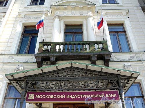 Английская наб., д. 8. Решетка козырька и балкон. Фото июнь 2010 г.