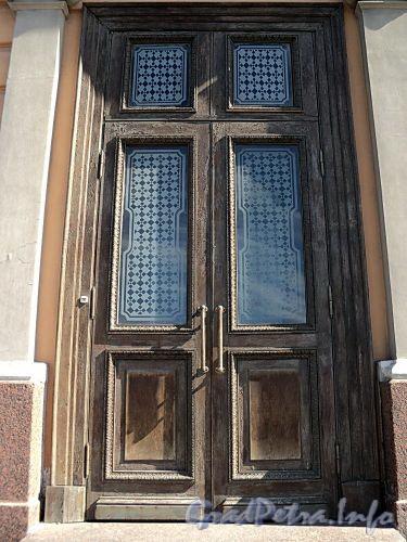 Английская наб., д. 16. Дверь главного входа. Фото июнь 2010 г.