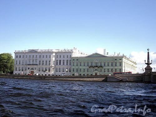 Дома 2 и 4 по Дворцовой набережной. Фото июнь 2010 г.