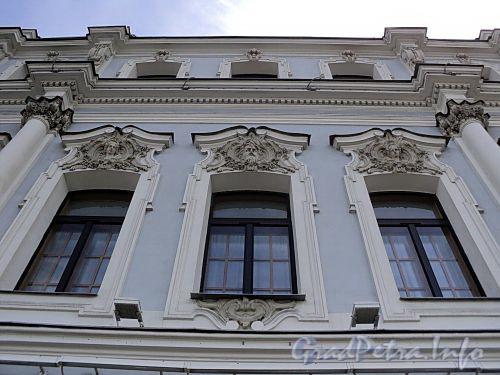 Дворцовая наб., д. 10. Особняк А.П. Гагариной (доходный дом Н.П.жеребцовой). Фрагмент фасада. Фото июнь 2010 г.