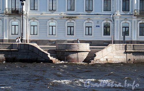 Дворцовая набережная. Спуск к воде напротив дома № 10. Фото июнь 2010 г.