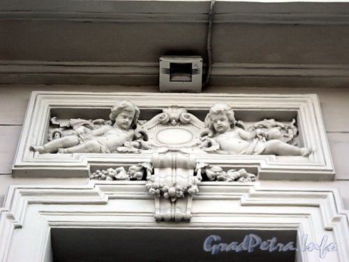 Дворцовая наб., д. 18. Сандрики над окнами первого этажа. Фото июнь 2010 г.