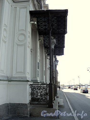 Дворцовая наб., д. 18. Козырек центрального входа. Фото июнь 2010 г.