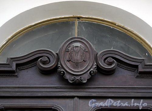 Дворцовая наб., д. 18. Вензель бывшего владельца в картуше над парадной дверью. Фото июнь 2010 г.