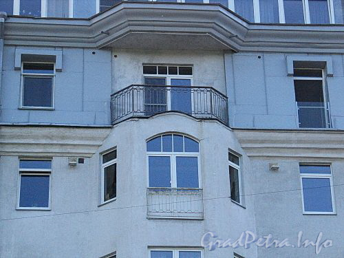 Наб. Мартынова, д. 4. Решетка балкона. Фото июнь 2010 г.