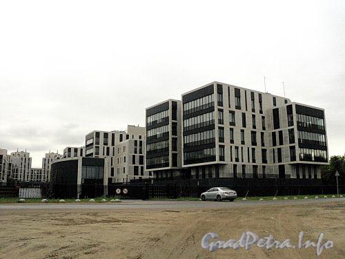 Наб. Мартынова, д. 74. Элитный жилой комплекс «Дом у Моря». Корпуса вдоль Северной дороги. Вид от Гребного канала. Фото сентябрь 2010 г.