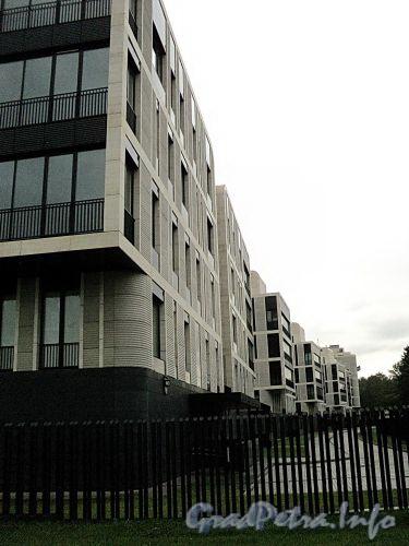 Наб. Мартынова, д. 74. Элитный жилой комплекс «Дом у Моря». Корпуса вдоль Северной дороги. Фото сентябрь 2010 г.