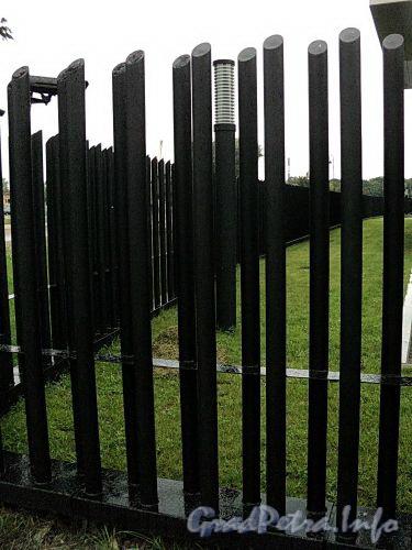 Наб. Мартынова, д. 74. Элитный жилой комплекс «Дом у Моря». Фрагмент ограды. Фото сентябрь 2010 г.