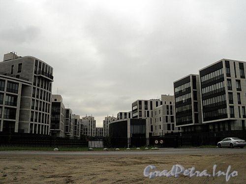 Наб. Мартынова, д.д. 62, 74. Элитный жилой комплекс «Дом у Моря». Общий вид от Гребного канала. Фото сентябрь 2010 г.