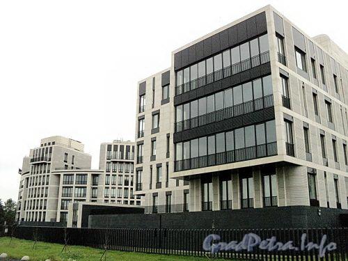 Наб. Мартынова, д.д. 62, 74. Элитный жилой комплекс «Дом у Моря». Корпуса, выходящие фасадами на Гребной канал. Фото сентябрь 2010 г.