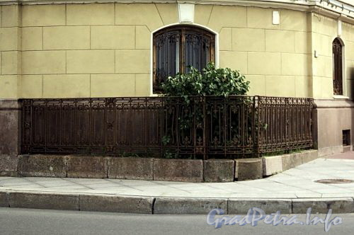 Наб. Кутузова, д. 22 / Гагаринская ул., д. 2. Палисадник на углу дома. Фото сентябрь 2010 г.