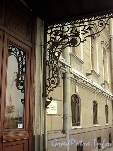 Наб. Кутузова, д. 22. Кронштейн козырька парадного входа. Фото сентябрь 2010 г.