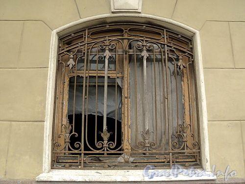 Наб. Кутузова, д. 22. Выбитое стекло оконного проема цокольного этажа. Фото сентябрь 2010 г.