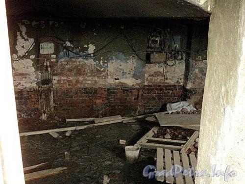Наб. Кутузова, д. 22 / Гагаринская ул., д. 2. В подвальном помещении. Фото сентябрь 2010 г.
