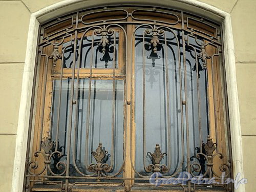 Наб. Кутузова, д. 22. Решетка окна. Фото сентябрь 2010 г.
