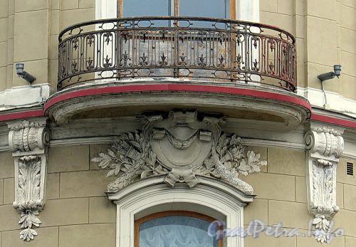 Наб. Кутузова, д. 22 / Гагаринская ул., д. 2. Фрагмент фасада угловой части здания. Фото сентябрь 2010 г.