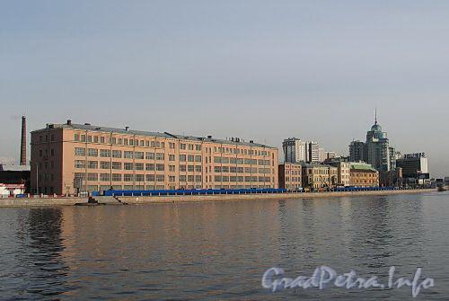 Пироговская наб., д. 13. Комплекс производственных зданий. Общий вид с Петроградской набережной. Фото апрель 2010 г.