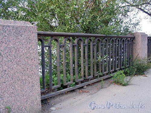 Фрагмент ограды Песочной набережной. Фото сентябрь 2010 г.