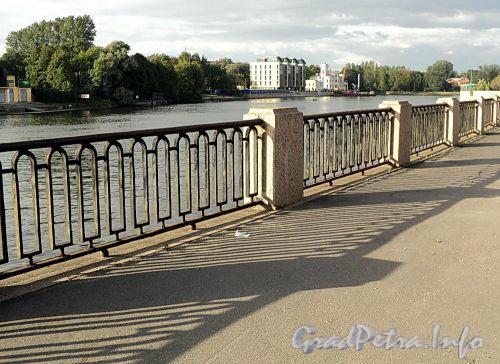 Ограда Песочной набережной на участке от Большого Крестовского моста до Молодежного моста. Фото сентябрь 2010 г.