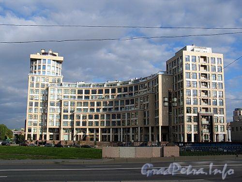 Песочная наб., д. 40.жилой комплекс «OMEGA-HOUSE». Общий вид от Молодежного моста. Фото сентябрь 2010 г.