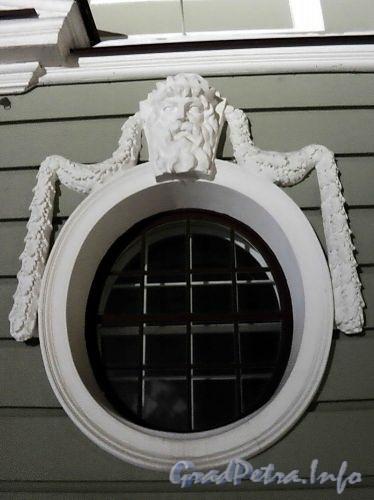 Петроградская наб., д. 2-4. Южный фасад. Гирлянда с маской, обрамляющая полукруглое окно. Фото январь 2011 г.