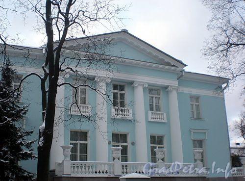 Наб. реки Крестовки, д. 2. Портик восточного фасада. Фото декабрь 2009 г.