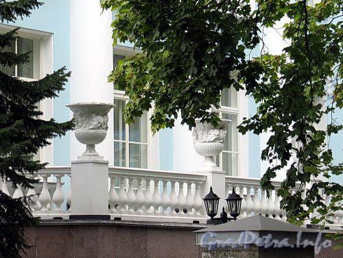 Наб. реки Крестовки, д. 2. Балюстрада с вазами с восточной стороны. Фото сентябрь 2010 г.