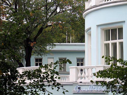 Наб. реки Крестовки, д. 2. Балюстрада террасы. Фото сентябрь 2010 г.