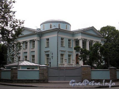 Наб. реки Крестовки, д. 2. Восточный и северный фасады. Общий вид. Фото сентябрь 2010 г.