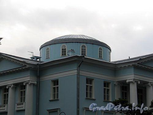 Наб. реки Крестовки, д. 2. Пологий купол основного объема особняка. Фото сентябрь 2010 г.