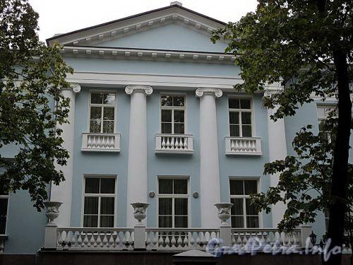 Наб. реки Крестовки, д. 2. Портик восточного фасада. Фото сентябрь 2010 г.