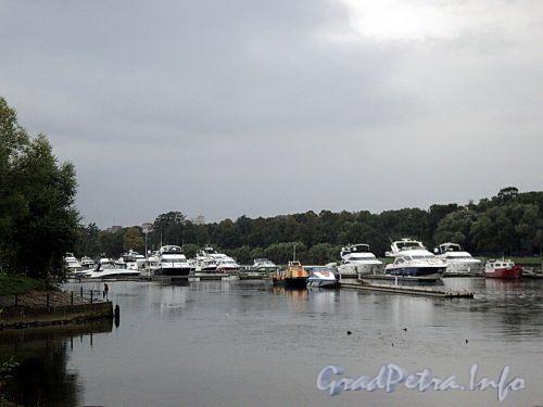 Пришвартованные катера и яхты у Морского яхт-клуба. Фото сентябрь 2010 г.