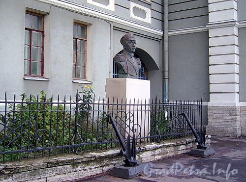 Бюст П. С. Нахимову у Нахимовского военно-морского училища. Фото сентябрь 2004 г.