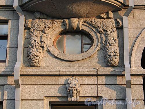 Наб. реки Мойки, д. 58. Оформление полукруглого окна над одним из входов. Фото август 2010 г.