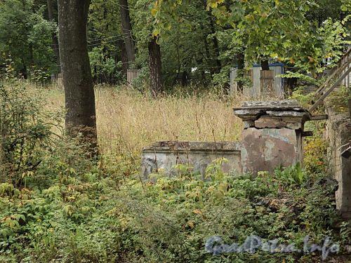 Наб. Малой Невки, д. 16-18. Выломанный фрагмент ограды. Фото сентябрь 2010 г.