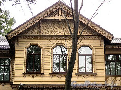 Наб. Малой Невки, д. 33, лит. А. Фрагмент фасада. Фото сентябрь 2010 г.