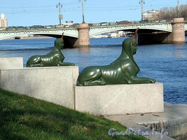 Сфинксы на гранитной пристани Малой Невки. Фото апрель 2011 г.