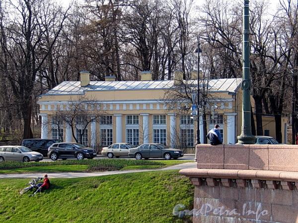 Наб. Малой Невки, д. 7. Вид с Каменноостровского моста. Фото апрель 2011 г.