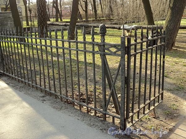 Наб. Малой Невки, д. 7. Фрагмент ограды. Фото апрель 2011 г.