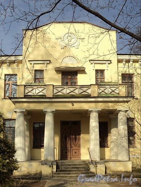 Наб. Малой Невки, д. 25. Четырехколонный дорический портик юго-западного фасада. Фото апрель 2011 г.