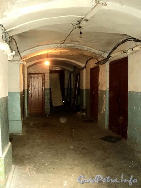 Наб. Обводного канала, д. 128 / ул. Розенштейна, д. 1. Лестница № 7. Подъезд организован в бывшей арке. Фото сентябрь 2011 г.