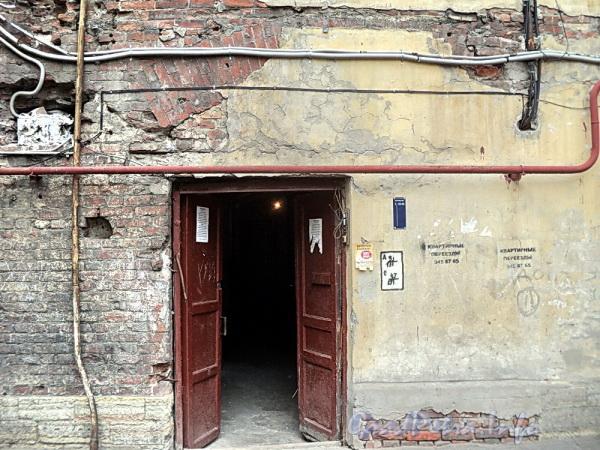 Наб. Обводного канала, д. 128 / ул. Розенштейна, д. 1. Лестница № 7. Подъезд организован в бывшей арке. Вид со двора. Фото сентябрь 2011 г.