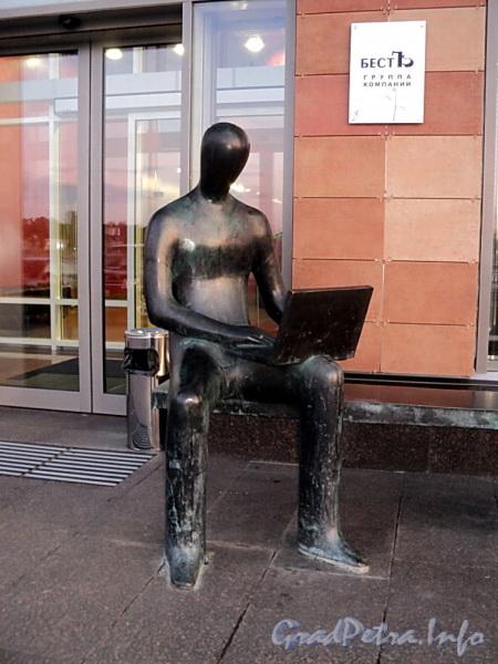 Аптекарская наб., д. 20. Скульптура «Менеджера» у центрального входа в здание. Фото сентябрь 2011 г.
