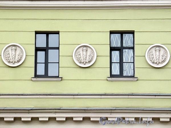 Наб. Робеспьера, д. 18. Медальоны. Фото ноябрь 2011 г.